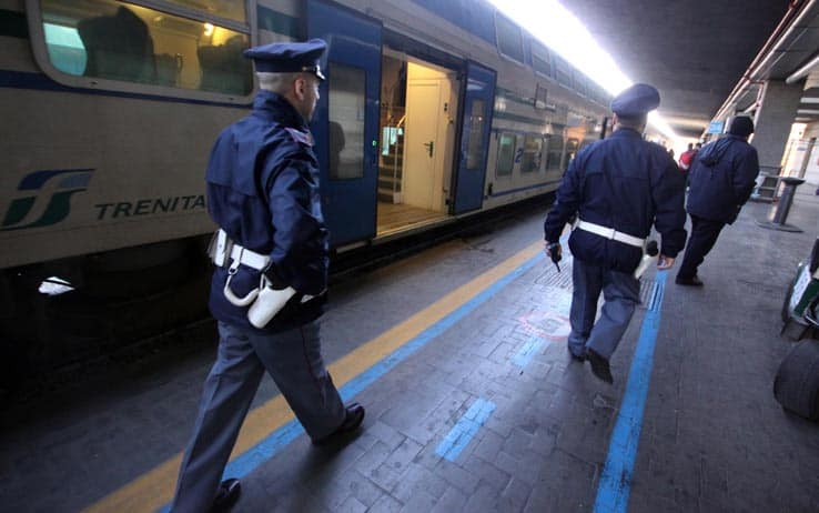 battipaglia-treno-documenti-coltello-arrestato