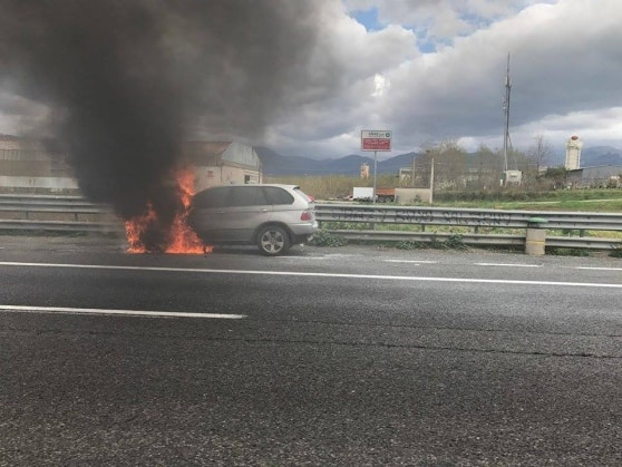 Photo of Paura in autostrada, auto in fiamme sulla Sa-Rc