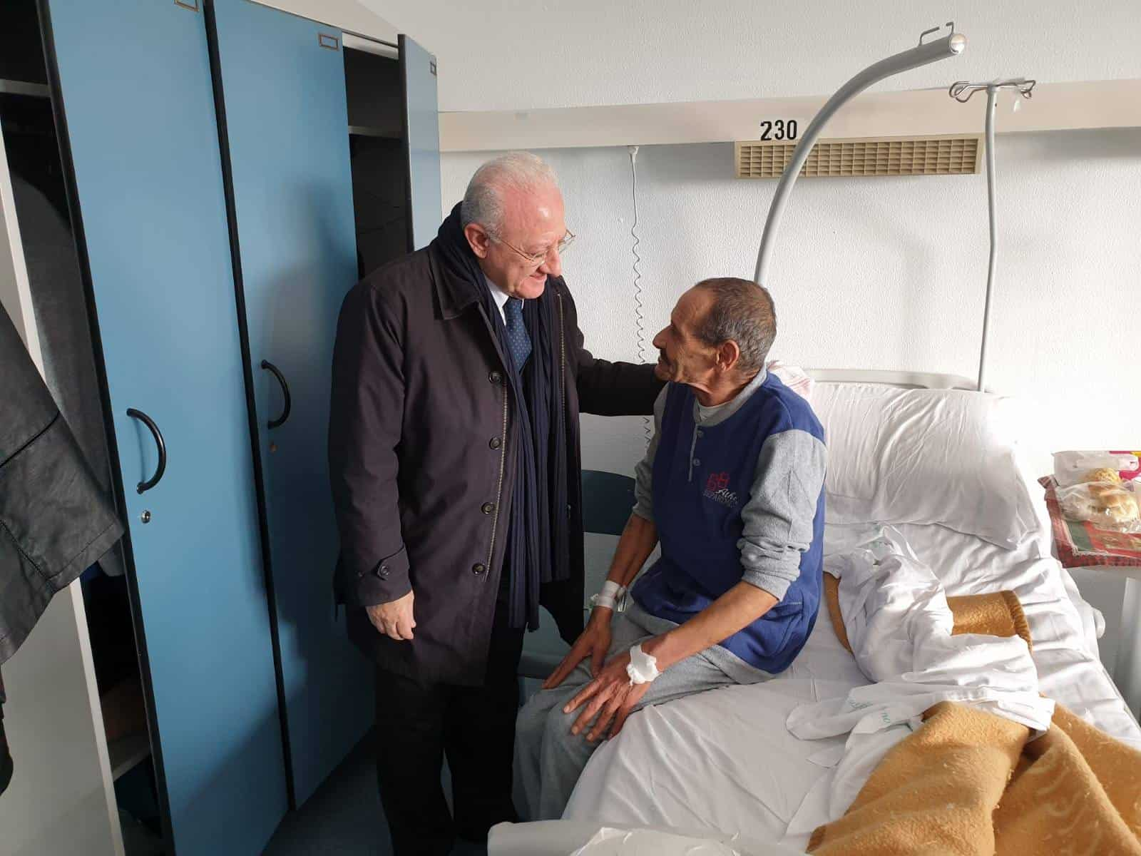 Photo of Salerno, De Luca visita Robertino in ospedale