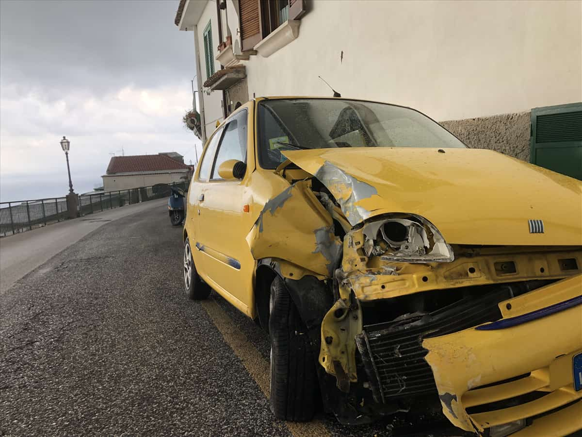 Photo of Incidente a Ravello, auto finisce contro lampione: 22enne illeso