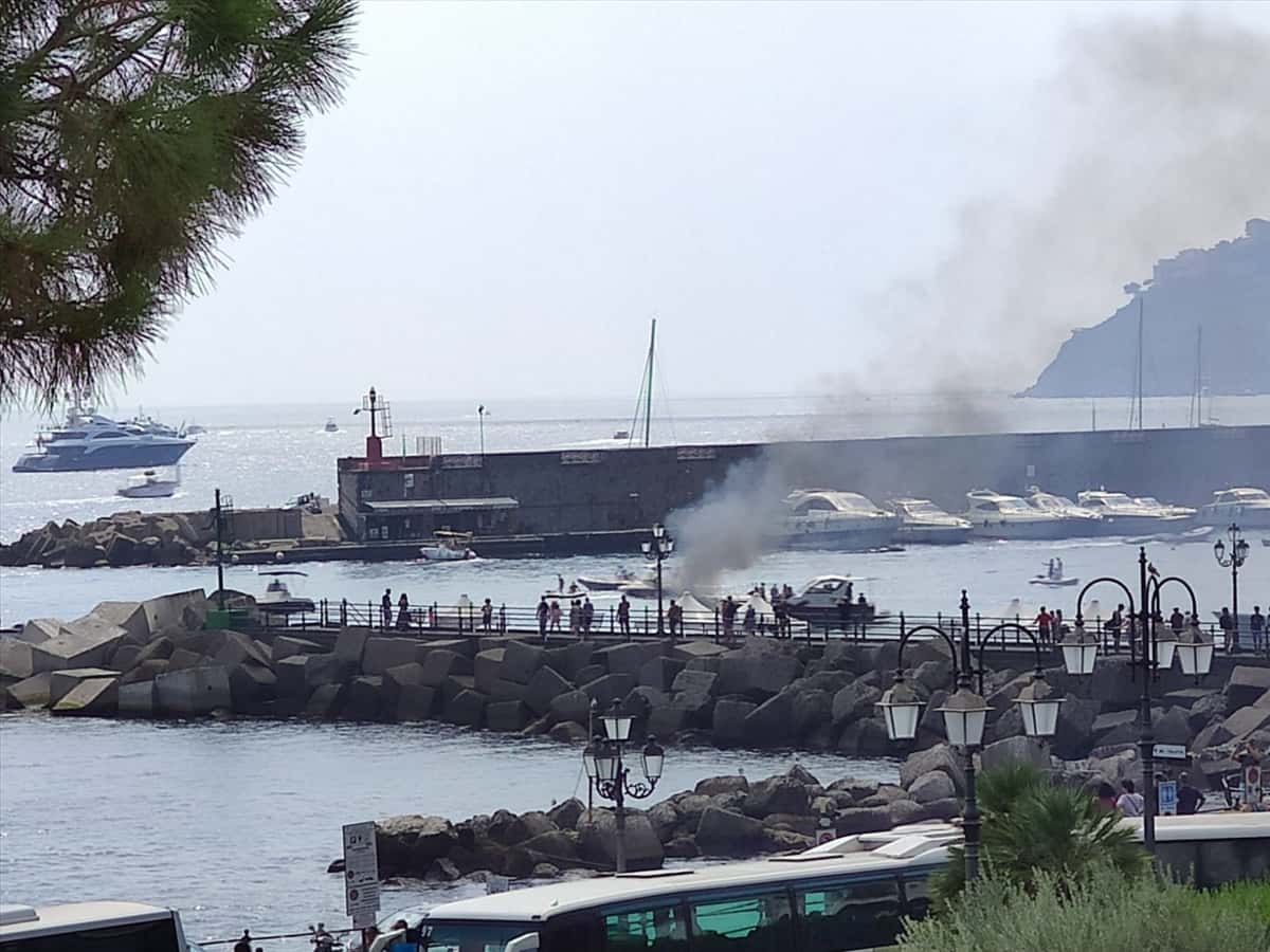 Photo of Paura ad Amalfi, imbarcazione in fiamme