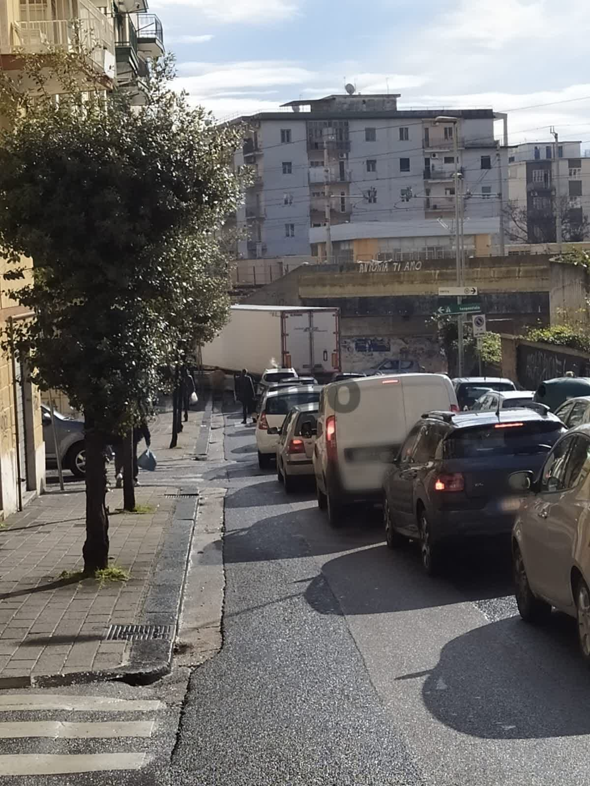 Photo of Salerno, tir incastrato in curva a Torrione: traffico in tilt