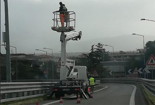 Photo of Eboli, operai senza casco allo svincolo dell'autostrada: la denuncia