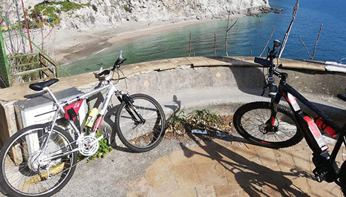 Photo of Va in bici da Salerno a Cetara e posta una foto sui social: scoppia la polemica