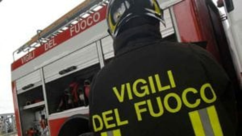 Photo of Incendio a Teggiano, furgone in fiamme in via San Biagio