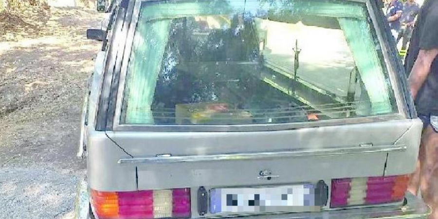 Photo of Eboli, turisti dormono in un carro funebre nella pineta: scatta la multa