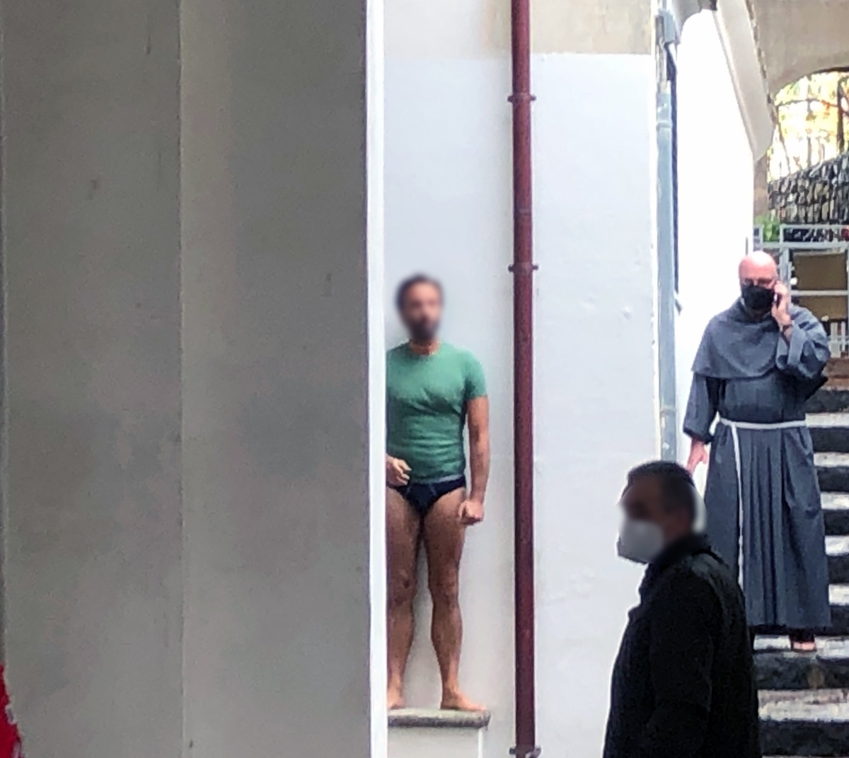 "Photo of Ravello: entra in chiesa nudo cantando ""'O sole mio"" e i Beatles, bloccato 48enne di Aversa"