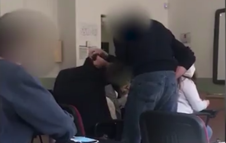 Photo of Insegnante picchia studente in classe nel Salernitano: il video su Whatsapp